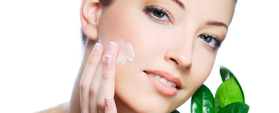 Crema idratante antiaging applicata sul viso