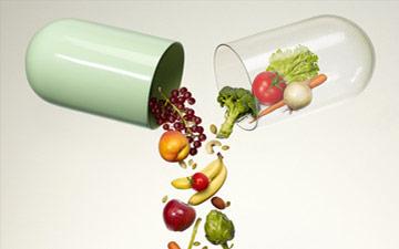 Pillole con integratori integratori di frutta e verdura che si mischiano