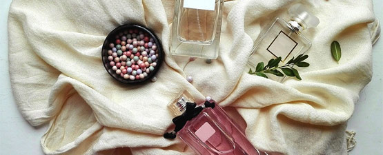 idea regalo con due profumi, una ciotola di palline su di un velo