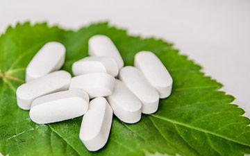 Medicine bianche su una foglia di menta